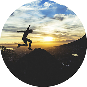 La silhouette d'une personne qui saute